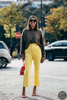 You'll Want Yellow Pants After Seeing This Cool Street Style Look (Le Fashion) Look Street Style, Street Chic, Spring Street Style, Yellow Pants Outfit, Trendy Outfits, Fall Outfits, Sweater Outfits, Mein Style, Looks Chic