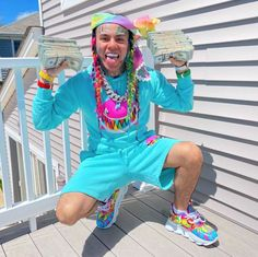 Tekashi has always been obsessed with his visual identity. Now he's traded in gang imagery for a cartoonish style that pushes his new narrative. Young Celebrities, Celebs, Nicki Minaj Lyrics, Estilo Hipster, Hip Hop, Style Japonais, Best Rapper, Yuri, American Rappers