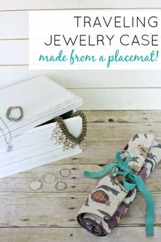 DIY Travel Jewelry Organizer - View From The Fridge - From A Placemat to a Jewelry Organizer Perfect for Traveling! Great idea … a pretty simple! Jewely Organizer, Travel Jewelry Organizer, Jewelry Roll, Jewelry Crafts, Jewelry Ideas, Handmade Jewelry, Diy Schmuck, Diy Jewelry Making, Jewelry Organization