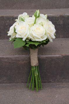 bröllopsbukett vita rosor - Sök på Google Winter Bridal Bouquets, Small Wedding Bouquets, Rose Wedding Bouquet, Bride Bouquets, Bridal Flowers, Floral Bouquets, Floral Wedding, Gerbera Daisy Wedding, Bridesmaid Bouquet White
