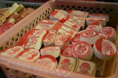 Những món quà Hà Nội trên phố cổ  Bên cạnh những giá trị văn hóa - lịch sử lâu đời, phố cổ còn là nơi bạn có thể tìm thấy những món quà sau chuyến du lich hay công tác ở Hà Nội.