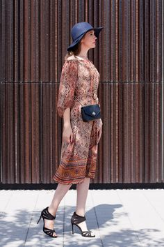 Outfitpost 'Bohème Chic' with a boho print dress, Heels, a Tory Burch bag and my favorite hat.