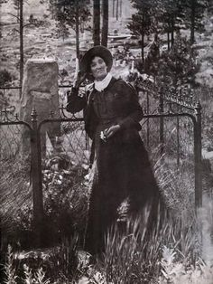 Photo: Calamity Jane at the Grave of Buffalo Bill in 1900 : Westerns, Famous Outlaws, Old West Photos, Calamity Jane, Vintage Cowgirl, Le Far West, Beach Landscape, Mountain Man, Western Art