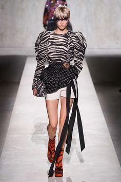 Dries Van Noten Spring 2020 Ready-to-Wear Fashion Show - Vogue Fashion Week Paris, Fashion 2020, Look Fashion, Runway Fashion, Fashion Show, Womens Fashion, Fashion Trends, Good Woman, Vogue Paris