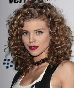 I like her curly hair, mine is so much like this I wonder how she gets rid of the frizz...