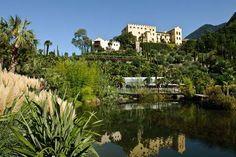 Die landschaftliche Lage der Gärten von Schloss Trauttmansdorff bei Meran ist einzigartig: Der botanische Garten erstreckt sich in Form eines natürlichen Amphitheaters über einen Höhenunterschied von mehr als 100 Metern - Natur und Kunst hautnah.