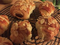 Croissants aux amandes Croissants, Stuffed Mushrooms, Bread, Homemade, Vegetables, Food, Almonds, Crescents, Crescent Rolls