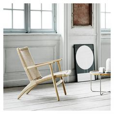 Carl Hansen just released their classic chair with a new walnut frame and it contrasts so nicely with the woven seating. The Lounge chair was designed in was one of the first chairs Hans J. Wegner created especially for Carl … Continue reading → Deco Design, Design Moderne, Blog Design, Design Trends, Design Ideas, Chaise Masters, Chaise Dsw, Lounge Chair Design, Hans Wegner