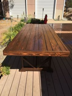 Free plans for building an DIY large outdoor dining table that seats 10 to Add beauty and functionality to your back yard with this great DIY table! Wooden Bench Table, Dining Table Bench Seat, Diy Bench Seat, Table Seating, Patio Dining, Diy Table, Dining Room Table, Pallet Dining Table, Dining Sets