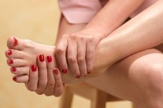 What is Gout and Gout Symptoms? Gout is an extremely painful type of arthritis that commonly infects the feet. People who suffer from gout attacks feel great Yoga For Arthritis, Knee Arthritis, Types Of Arthritis, Arthritis Symptoms, Home Remedies For Snoring, Natural Remedies For Arthritis, Arthritis Treatment, Gout Remedies, Home Remedies