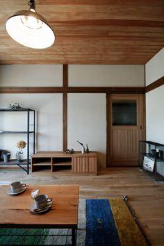 2間続きの和室を木と塗り壁のシンプルな空間へとリノベーションしたFさん家のリビング。床はオーク、天井は杉、壁は珪藻土の塗り壁で仕上げました。引戸も家に合わせてデザインから起こしたオリジナルです。