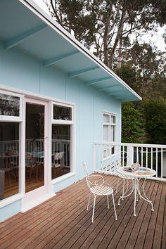 House Tour: A Retro Mod Australian Beach Shack Retro Beach House, Beach House Colors, Beach House Decor, Australia House, Australian Beach, Exterior House Colors, Exterior Paint, Beach Bungalows, Beach Shack
