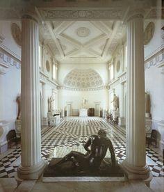 Robert Adam (1728 - 1792) was één van de belangrijkste architecten van de 18de eeuw en de naamgever van de Adamstyle. Ook zijn broers John, William en James Adam waren architecten. Gezamenlijk vormden de gebroeders de grootste Schotse bouwfirma van die tijd. Robert Adam liet 8.000 tekeningen na met elegante motieven en een verleidelijk raffinement. Syon House, Londen