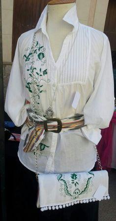 Camisa pintada con los tradicionales dibujos del bordado Mallorquín, cinturón en tela Mallorquina, cartera en tela Mallorquina y pintada con los tradicionales dibujos del bordado Mallorquín. www.carmenoropesa.com