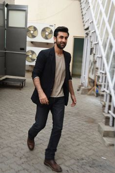 Celeb Spotting: Shirtless Kunal, blushing Soha, Ranbir for Bombay Velvet Indian Celebrities, Bollywood Celebrities, Bollywood Actress, Bollywood Fashion, Handsome Actors, Cute Actors, Ranbir Kapoor Hairstyle, Formal Shirts For Men, Sr K