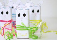 Deze superleuke konijntjes kun je met onze gratis printable zelf in elkaar knutselen voor Pasen!  #minime #pasen #paasfeest #kinderen #paaseitjes #diy #knutselen Diys, Gift Wrapping, Gift Wrapping Paper, Bricolage, Gift Packaging, Do It Yourself, Fai Da Te, Present Wrapping, Wrapping Gifts