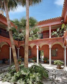 Le patio, digne d'une hacienda typique, est bordé de colonnes trouvées dans une vielle demeure. Elles soutiennent la galerie desservant les dix chambres.