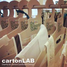 percha carton cartonlab ropantic Cardboard City, Cardboard Recycling, Cardboard Design, Cardboard Paper, Cardboard Furniture, Diy Paper, Kids Hangers, Personalized Hangers, Office Branding