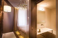 Chambre Legend Bath-Legend Bath Room – Legend Hotel (Paris, France) by Elegancia Hotels. Lit de 180 x 190 cm | Matelas TEMPUR | Oreillers TEMPUR (2 sortes au choix) | Climatisation réversible | Couverture de lit moelleuse | Télévision à écran plat | Bureau | Ligne téléphonique directe | Annuaire | Station d'accueil pour Iphone / Ipod | Connexions Internet gratuites, Wi-Fi et par RJ45 | Mini-bar | Coffre-fort | Salle de bain attenante | Baignoire | Sèche-cheveux | Miroir de maquillage