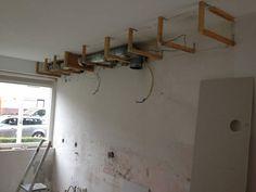 De koof van de keuken wordt aangepast voor de afzuigkap en inbouwspots.