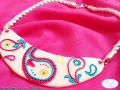 #collar corto diseño #paisley sobre base blanca, hecho 100% a mano con arcilla polimérica #fimo. NM Designs.