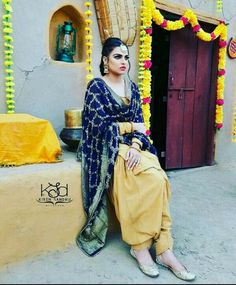 Plain suit with phulkari. Himanshi Khurana in Indian wear. Dress Indian Style, Indian Dresses, Indian Wear, Patiala Suit Designs, Patiala Salwar Suits, Salwar Designs, Punjabi Girls, Punjabi Dress, Punjabi Couple