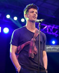 Grant Gustin Photos - Grant Gustin performs onstage during the Annual Elsie Fest, Broadway's Outdoor Music Festival at Central Park SummerStage on October 2018 in New York City. Thomas Grant Gustin, The Flash Grant Gustin, Flash Wallpaper, Flash Barry Allen, Dc Comics, I Want To Cry, Dc Legends Of Tomorrow, Supergirl And Flash, Cute Actors