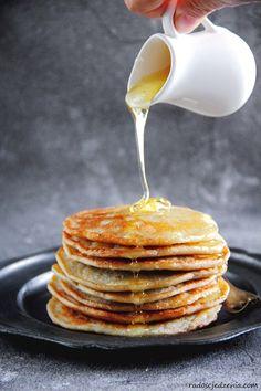 Proste placuszki bananowe - radoscjedzenia.com Pancakes, Lunch Box, Breakfast, Recipes, Food, Morning Coffee, Recipies, Essen, Pancake