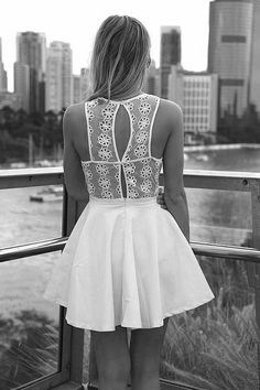 Ravissant ce dos de robe dentelle - Phoenix Legend