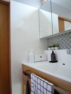 【入居後web内覧会】⑨洗面室 清掃性・採光・通風・使いやすい高さと収納 | 快適な終の棲家を Natural Interior, Kitchen Cabinets, Bathtub, Bathroom, Architecture, House, Home Decor, Kitchen Cupboards, Standing Bath