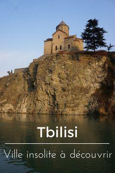 Tbilisi en Géorgie: une chouette destination originale pour un petit week-end pas cher. Nous avons adoré notre petite visite de  Tbilissi. La ville est située à cheval entre l'Orient et l'Occident et se trouve également sur la fameuse route de la soie. Sur la photo c'est la petite forteresse de Narikala qui surplombe la rivière en plein coeur de la ville.