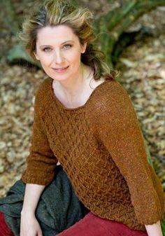 63339057 Gratis strikkeopskrifter: Den smukke sweater med hulmønstret forstykke har  klædelig halsudskæring og trekartlange ærmer -
