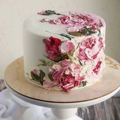 Can we take a moment to admire how gorgeous this cake is! Tag someone who'd love this for their bridal shower 💕🍰?