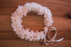 Corona de hortensia y paniculata blanca para novia.