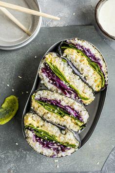 Har du laget sushi-sandwich før? Her har vi latt oss inspirere av Onigirazu - som er en japansk rett som blander sushi med sandwich. Vi har laget en ekstra sunn versjon, og byttet ut litt av den hvite sushirisen med quinoa. Perfekt som en fargerik og spennende lunsj, som en smårett eller som en lett middag.