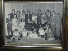 Vô Carlos (sentado, de óculos e terno escuro), vó Elvira (ao lado do vô Carlos), seus quatro filhos e filhas  (Egon, Harry, Renata e Léa), seus respectivos cônjuges e descendentes. Eu sou o terceiro, da esquerda para a direita, sentado no chão.