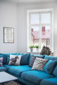 Скандинавский интерьер с синим диваном и антикварной печью   Пуфик - блог о дизайне интерьера