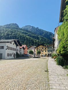 Die obere Stadt: Altstadt Bad Reichenhall Bavaria, Mansions, House Styles, Old Town, Small Shops, Enjoying The Sun, Colorful Houses, Baking Stone, Luxury Houses