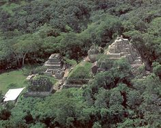 In Mexico, while the Pyramid of the Sun of Teotihuacán has a height of 65 meters, Toniná reaches 75 meters and has an approximate age of 1,700 years .