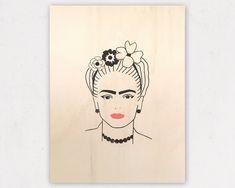 Siebdruck auf Holz von Frida Kahlo. #etsy #evachristl #handgemacht #siebdruck #aufholz #fridakahlo #selbstgemacht #fürdiewand #madeinaustria #silkscreen #aufetsy Silk Screen Printing, Grafik Design, Handmade, Etsy, Frida Kahlo, Wood Print, Flower Of Life, Graphics, Homemade