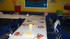 Mesa para invitados lista, con servilletas cars, pajitas con toppers cars personalizados con el nombre y la edad 4 años