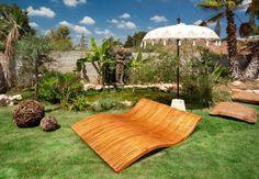 chaises longue en bois de design dans jardin