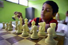 Um dos esportes que mais exige concentração e raciocínio do participante está com inscrições abertas. Com o apoio do Governo do Amazonas por meio da Secretaria de Estado de Juventude, Esporte e Lazer (Sejel) a 'Escola de Iniciação Esportiva' da Vila Olímpica de Manaus está disponibilizando 100 vagas para a escolinha de xadrez destinada a crianças e jovens de 8 a 16 anos. De segunda a quinta-feira, em duas turmas de 14h às 15h e de 15h às 16h, no hall da Arena Amadeu Teixeira (Rua Loris…