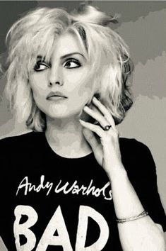 - Debbie Harry: Queen of Punk, photographs by Brian Aris Blondie-hair length & T-shirt Blondie Debbie Harry, Debbie Harry Style, Debbie Harry Hair, Die Siebziger, Madonna, Photo Star, Estilo Rock, We Will Rock You, Foto Pose