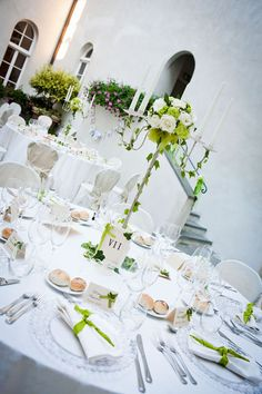 what a gorgeous elegant table setting for a italian wedding, ivy green and white.