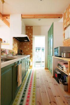 【アイジースタイルハウス】キッチン。ショールームを参考にしたキッチン。木と白い塗り壁に深いグリーンがよく似合う