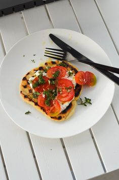 Grilled sourdough flatbread (made with yoghurt), burrata, tomatoes and herb oil - recipe on forkandflower.com.Gegrilltes Sauerteig Fladenbrot (mit Yoghurt gemacht) mit Burrata, Tomaten und Kräuteröl - Rezept auf dem Blog forkandflower.com.#rezept #recipe #sourdough #sauerteig #fladenbrot #flatbread #yoghurtflatbread #fladenbrotrezept #grilledflatbread #grillbrot #grilledbread #bbqideas #grillideen #sommerrezept #summerrecipe #tomaten #tomatoes #sauerteigtipps #sauerteigbrot Tasty Bread Recipe, Bread Recipes, Cake Recipes, Italian Recipes, Mexican Food Recipes, Ethnic Recipes, Grilled Bread, Seasonal Food, Bbq Grill