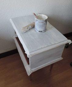DIY: reciclar una mesilla de noche con chalk paint Furniture Makeover, Decoration, Chalk Paint, Ideas Para, Nightstand, Diy And Crafts, Decorative Boxes, Creative, Painting