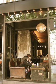 Beautiful cafe in Paris. - trunk as table