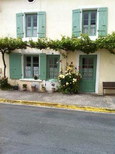 Druivenrank langs het huis. Montagne-sur-Gironde